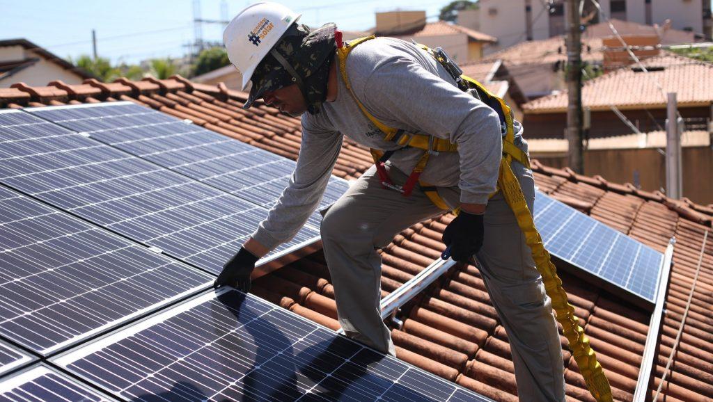 O profissional instalador do sistema fotovoltaico deve estar com todos os EPI's.