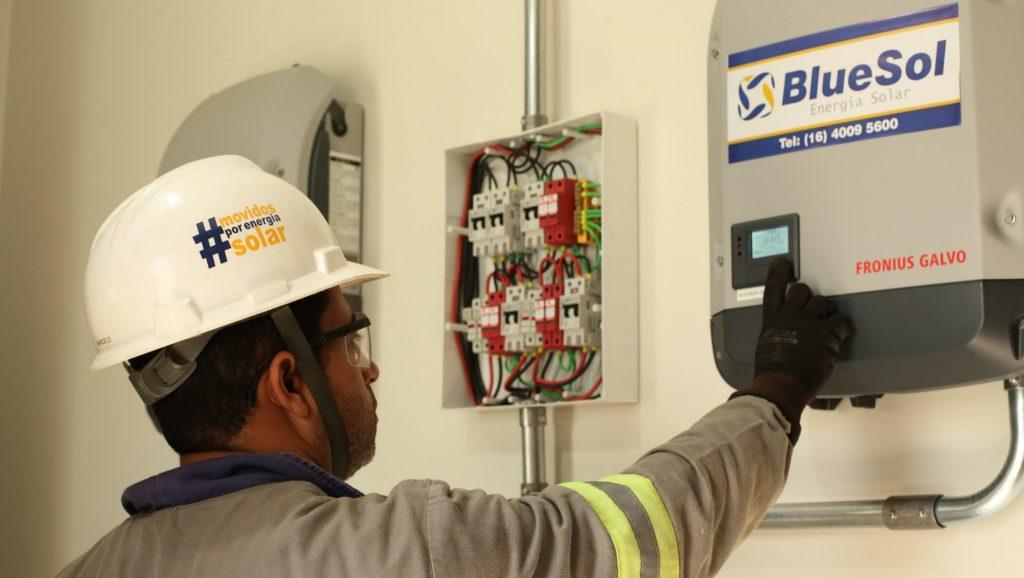 O instalador deve conferir todos equipamentos do sistema fotovoltaico