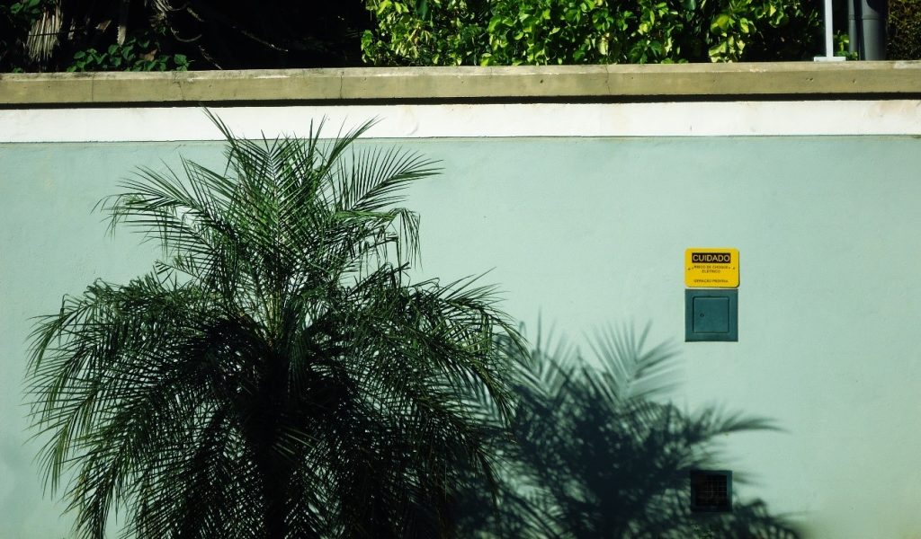 O inversor do sistema fotovoltaico se conecta pelo quadro de distribuição da propriedade