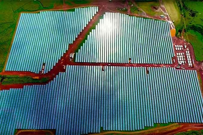 Vista aérea da fazenda solar da Tesla no Havaí