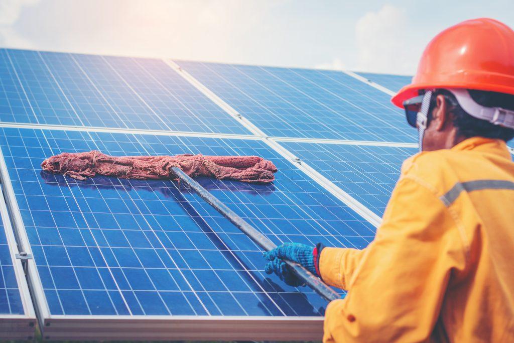 Uma das manutenções de uma placa de energia solar é a sua limpeza
