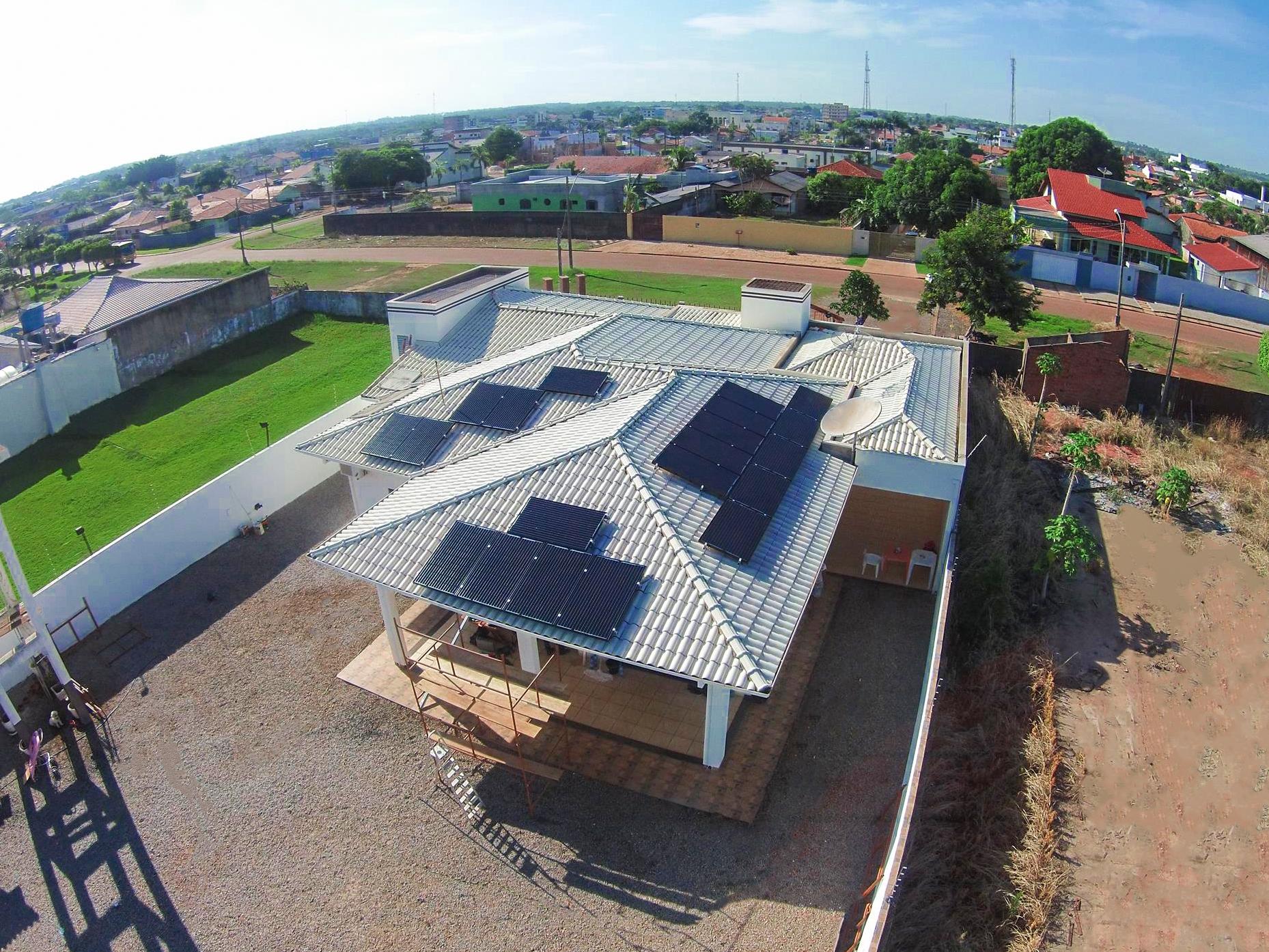 Energia solar fotovoltaica _ imóvel em construção com energia solar