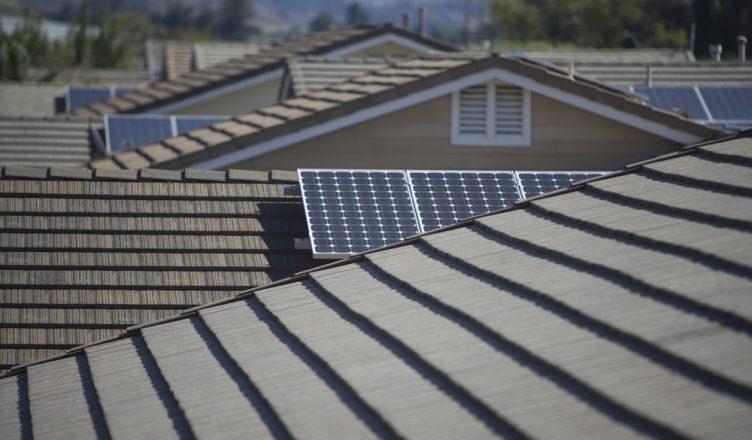 com-precos-em-queda-e-reducao-do-payback-sistemas-fotovoltaicos-multiplicam-se-no-brasil-puxados-por-consumidores-residenciais