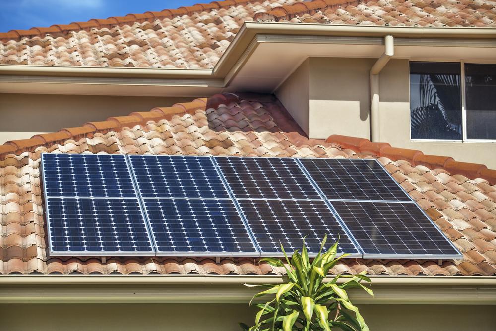 energia solar impactos ambientais _ placas fotovoltaicas em telhado residencial