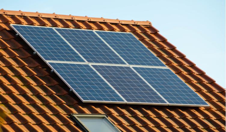 como economizar energia em casa _ painel solar no telhado