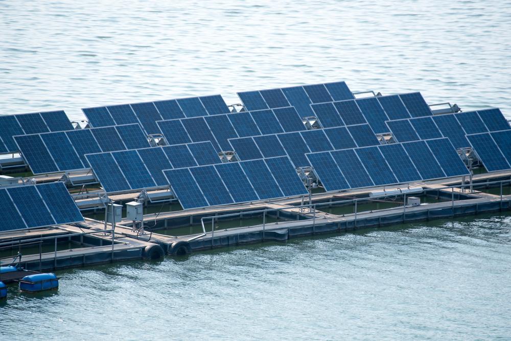 usina solar flutuante _ projeto com flutuador sob estrutura metálica